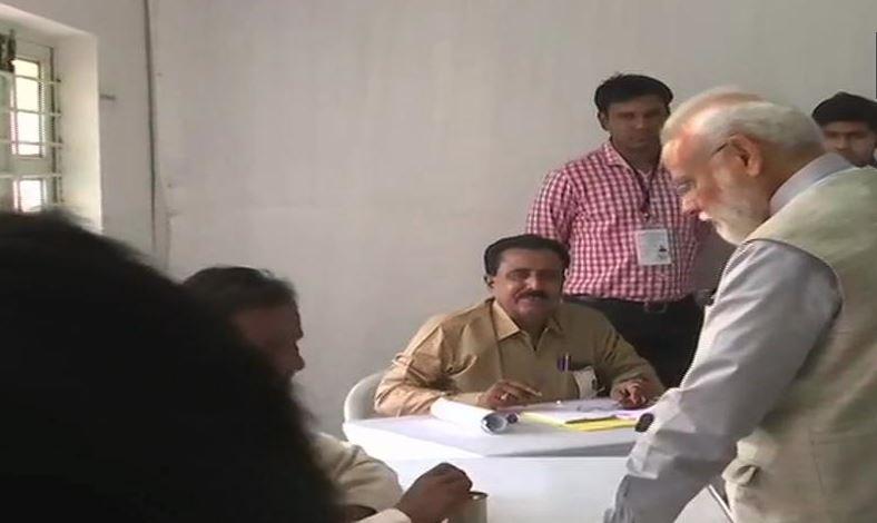 PM મોદીએ આપ્યો મત, કહ્યું- 'આતંકનું હથિયાર IED છે, લોકશાહીની શક્તિ વોટર ID છે'